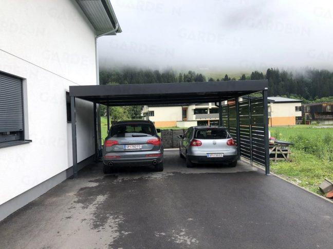 2 Autos unter dem montierten Doppelcarport von GARDEON