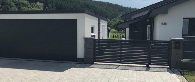 Eine moderne montierte Garage in weiß mit einem Tor von Hörmann
