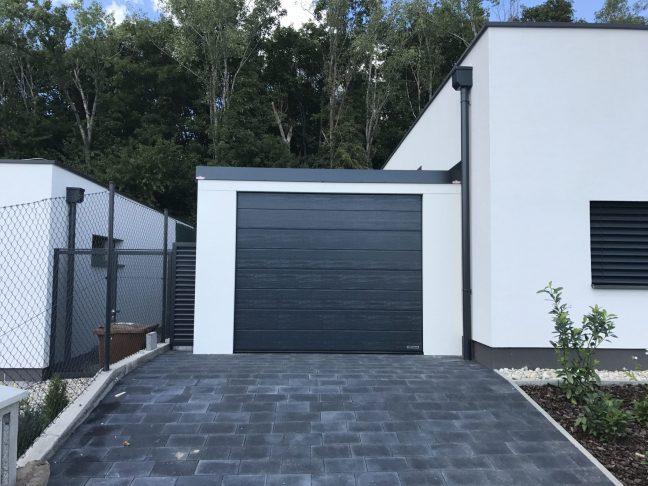 Eine weiße GARDEON Garage mit Segmenttor von Hörmann