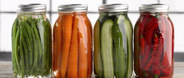 Gemüse in Gläsern
