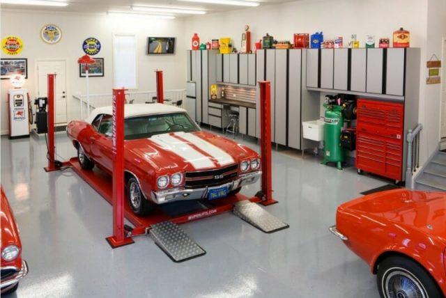 Eine Garage mit einem roten Auto