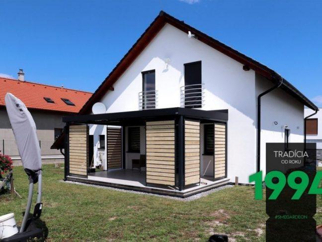 Gartenpergola GARDEON an einem Haus mit Satteldach