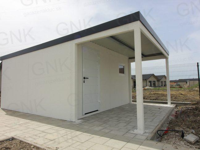 Eine Überdachung im vorderen Bereich des Gartenhauses von GARDEON