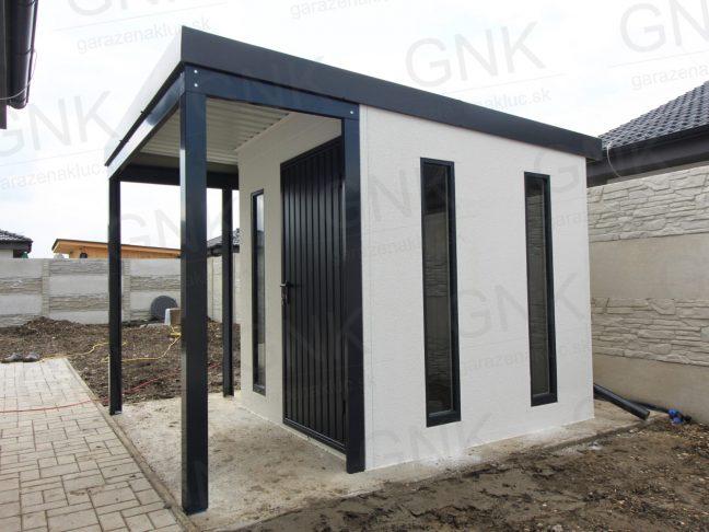 Ein Gartenhaus mit Überdachung in L-Form