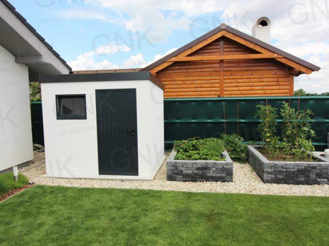 Ein modernes Gartenhaus im Garten neben einem Familienhäuschen