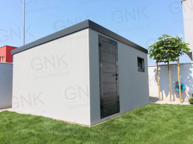 Ein montiertes Gartenhaus mit licht-grauem Putz
