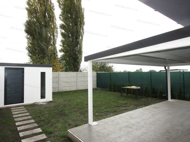 Ein montiertes Gartenhaus und eine Pergola bei einem Haus