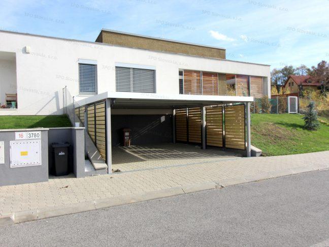 Ein weißes Carport mit Wandausfüllungen beim modernen Haus