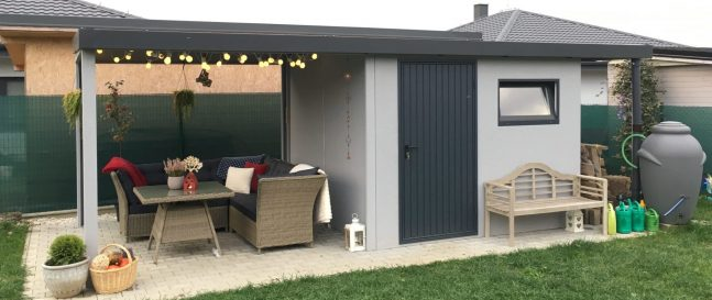 Ein Gartenhaus in licht-grau
