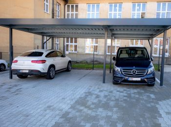 Ein Carport für 3 Autos in anthrazit