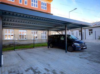 Ein montiertes Carport von SIEBAU für 3 Autos