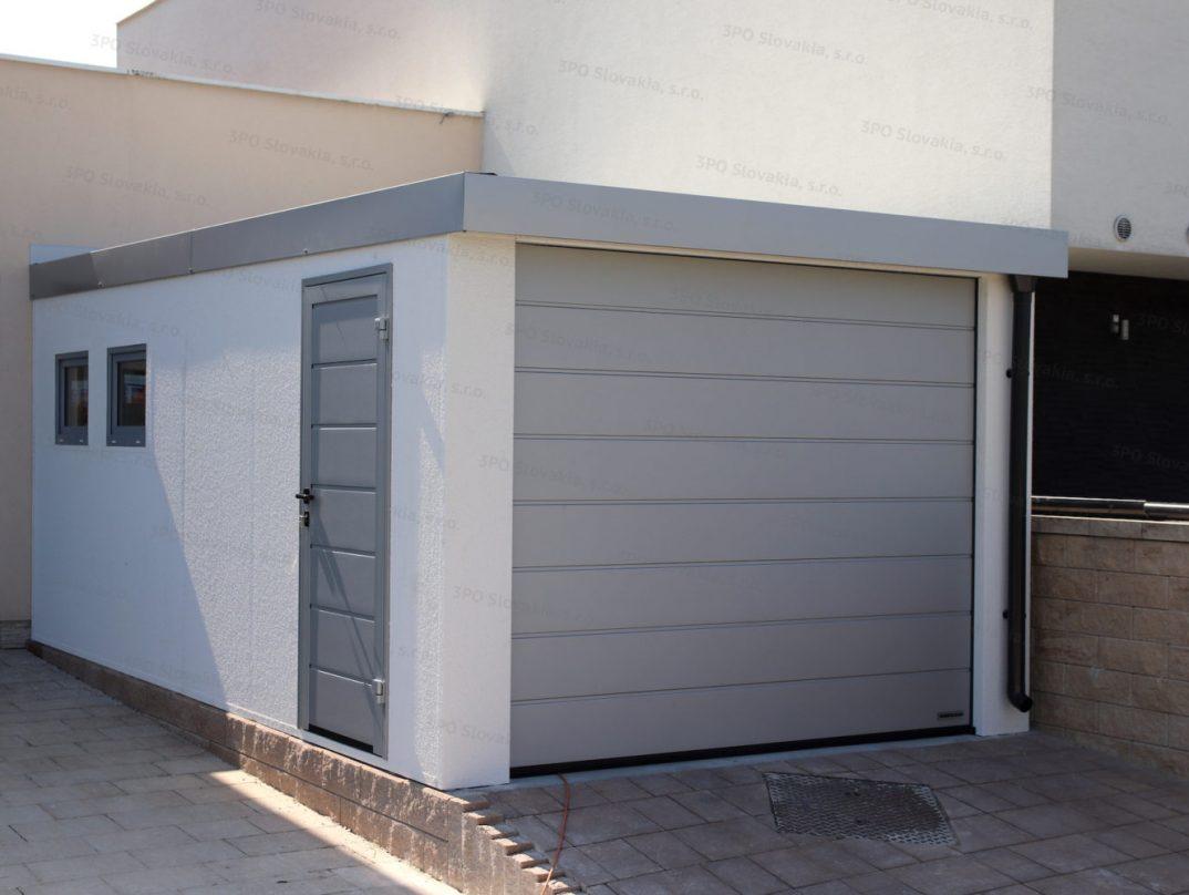 Eine montierte Garage von GARDEON mit Tür, Tor und Fenster in der Farbe weißes Aluminium