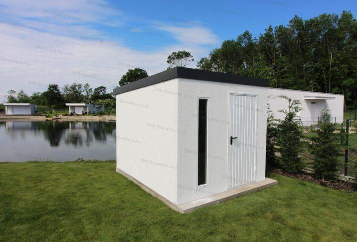 Ein montiertes Häuschen von GARDEON bei einem See mit einem Pultdach