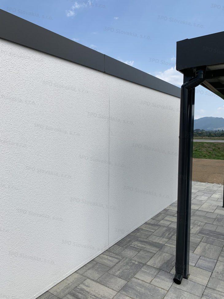 Eine Wand der montierten Garage mit weißem Putz
