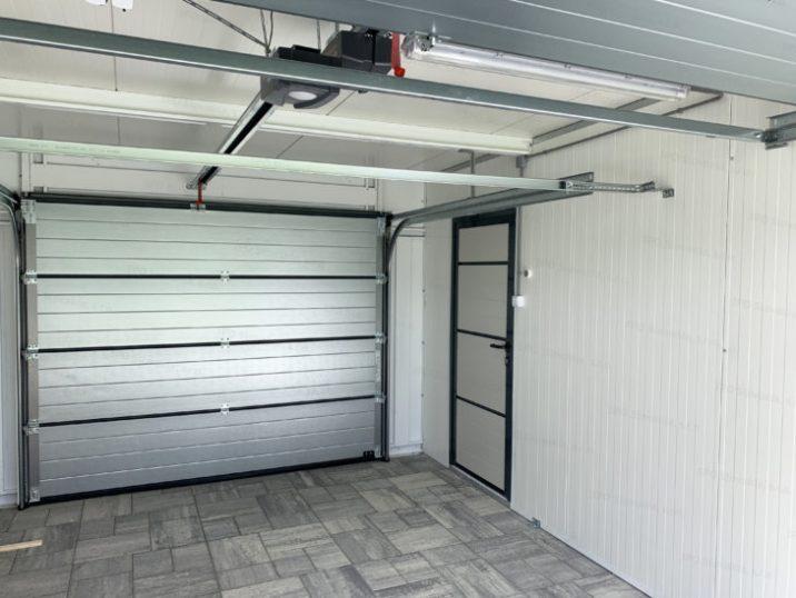 Der Innenraum einer isolierten Garage von GARDEON