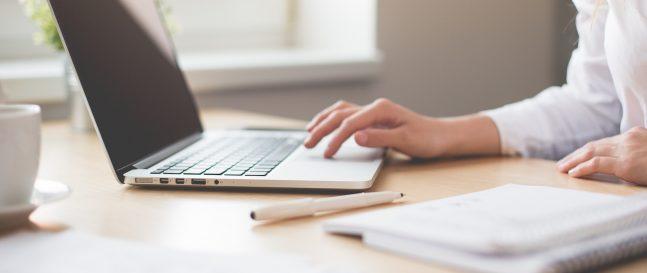 Ein Laptop und ein Notizbuch