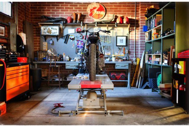 Ein Motorrad am Heber