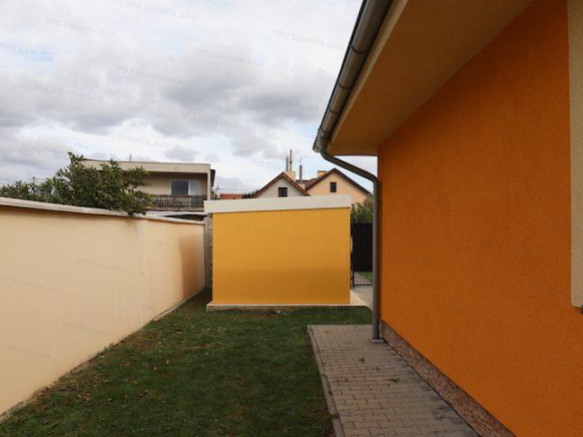 Ein Gartenhäuschen von GARDEON in dunkel-gelb mit weißem Dach