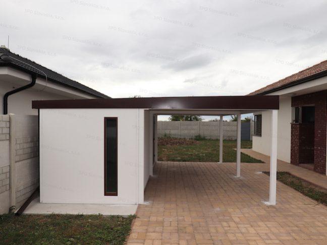 Ein montiertes Häuschen von GARDEON mit einem Einzelcarport