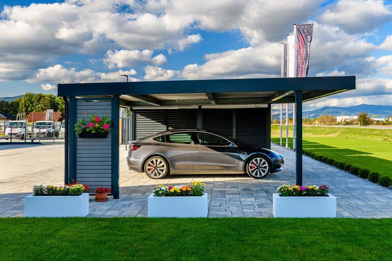Eine Tesla geparkt unter dem Doppelcarport in anthrazit von SIEBAU