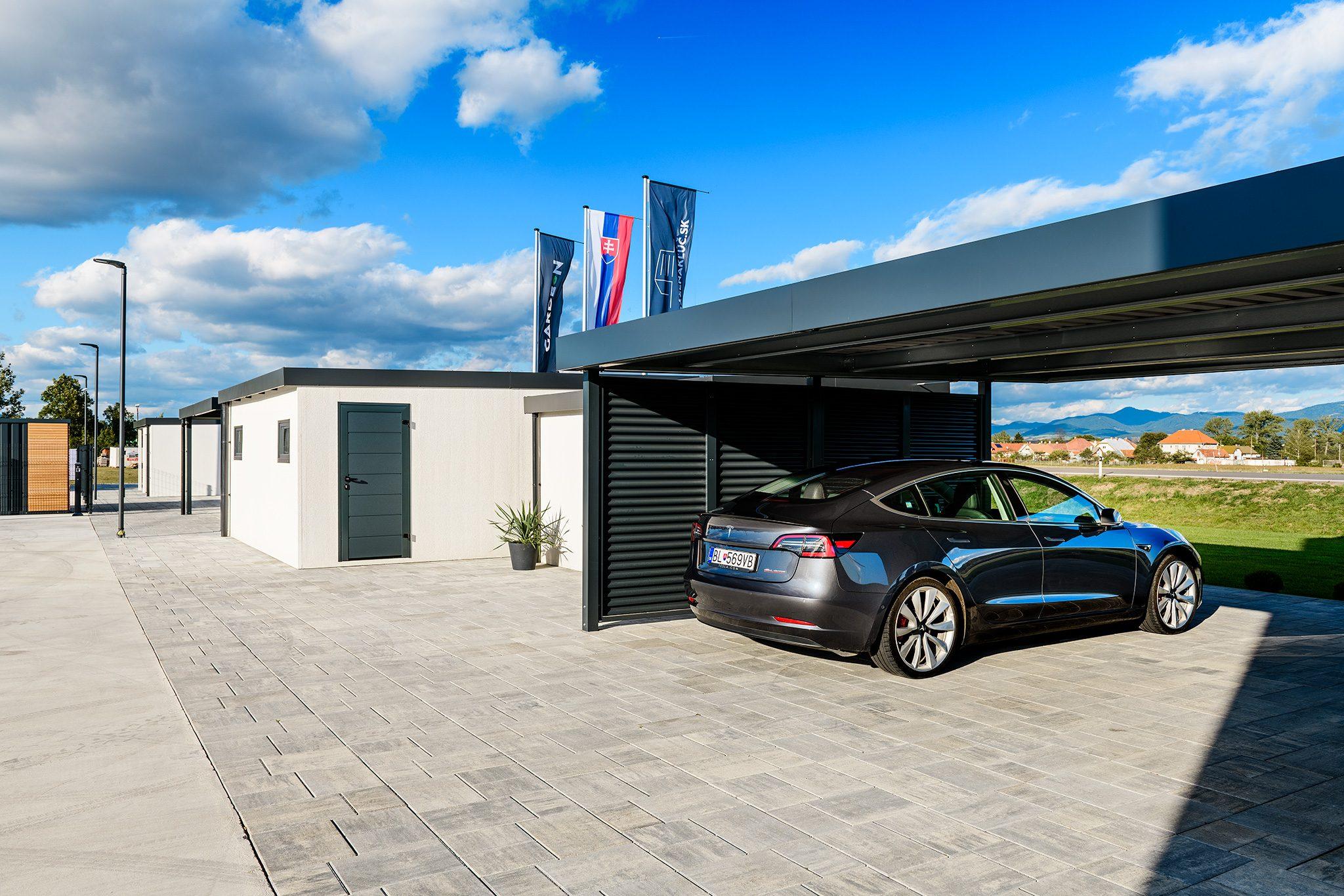 Eine Tesla unter dem Doppelcarport in anthrazit von SIEBAU