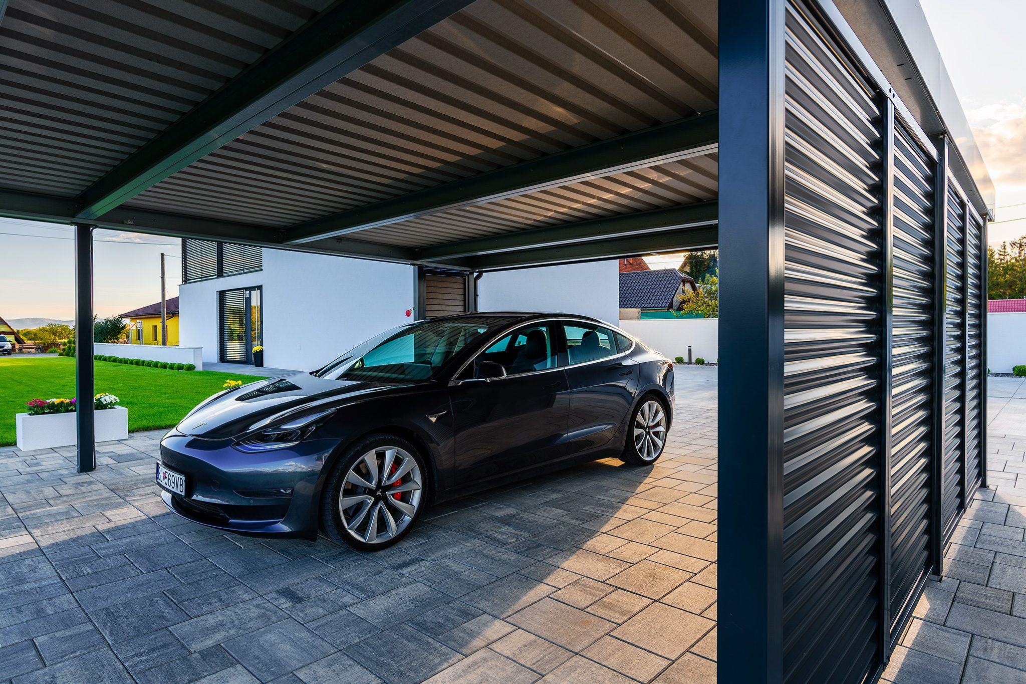 Eine Tesla unter dem Carport von SIEBAU
