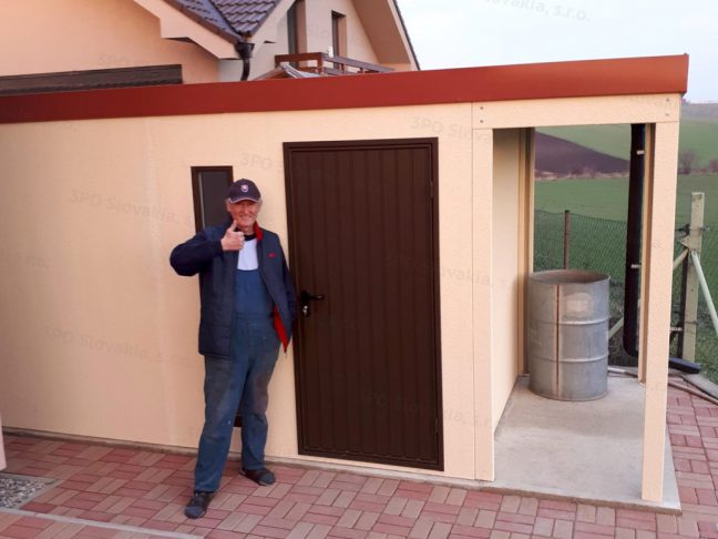 Ein zufriedener Kunde von seinem neuen Gartenhaus mit Überdachung rechts