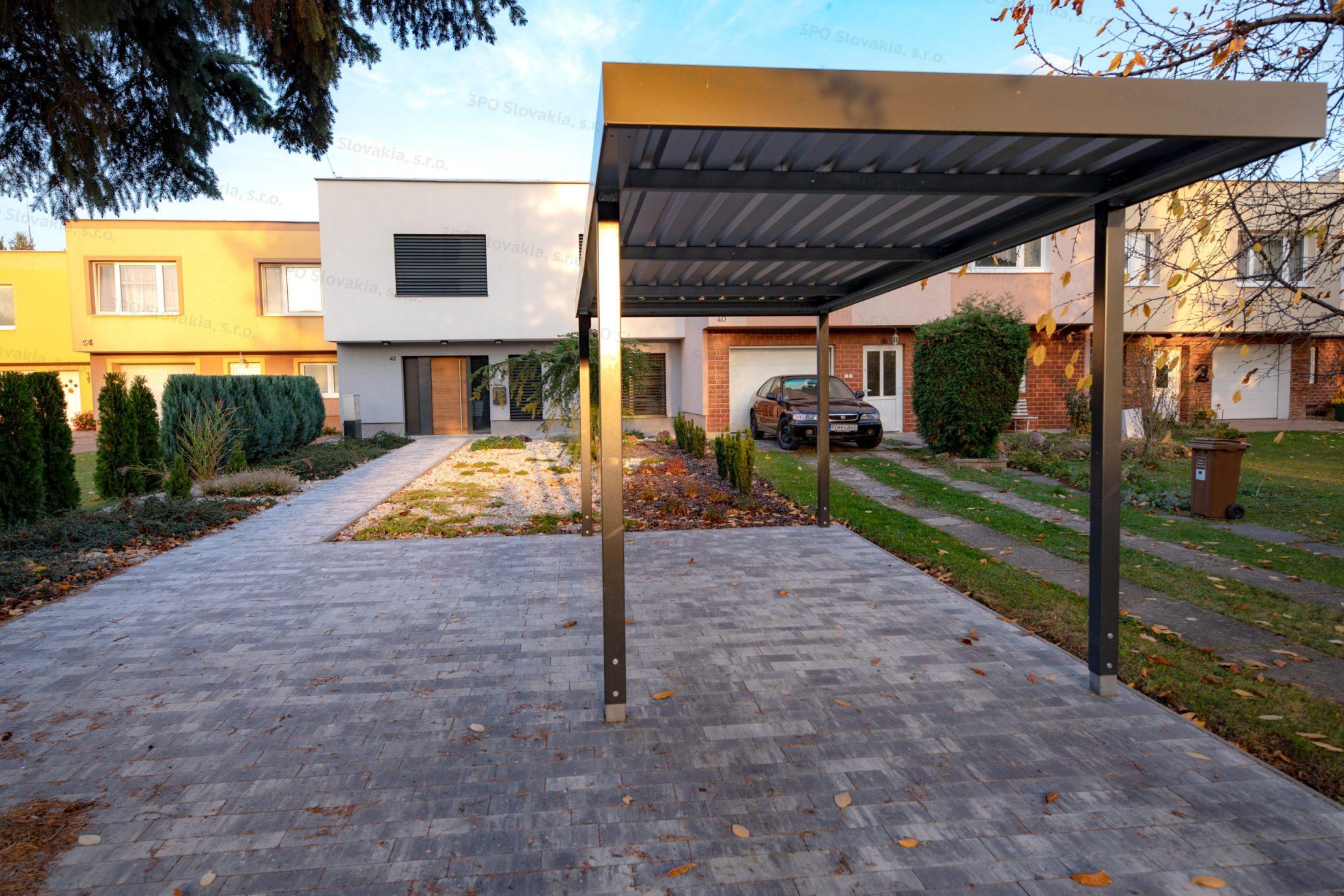 Ein montiertes Carport von SIEBAU in anthrazit bei einem Haus