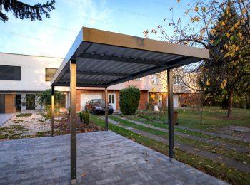 Ein montiertes Carport von SIEBAU in anthrazit