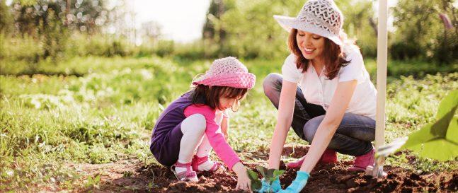 Eine Mutter mit ihrer Tochter im Garten