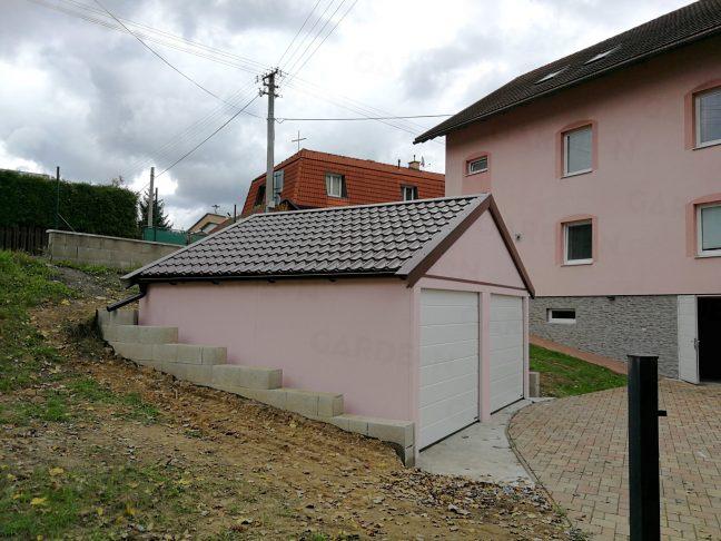 Die montierte Doppelgarage von GARDEON 2 Toren in rosa
