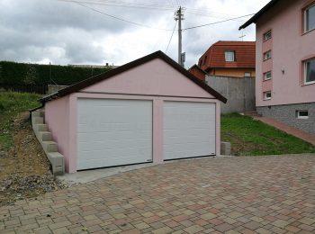 Die montierte Doppelgarage von GARDEON mit Satteldach in rosa