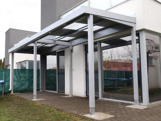 Eine Design-Pergola in grau an einem Haus