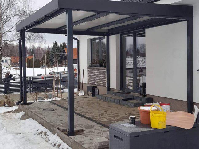 Überdachung der Terrasse in Form einer Pergola