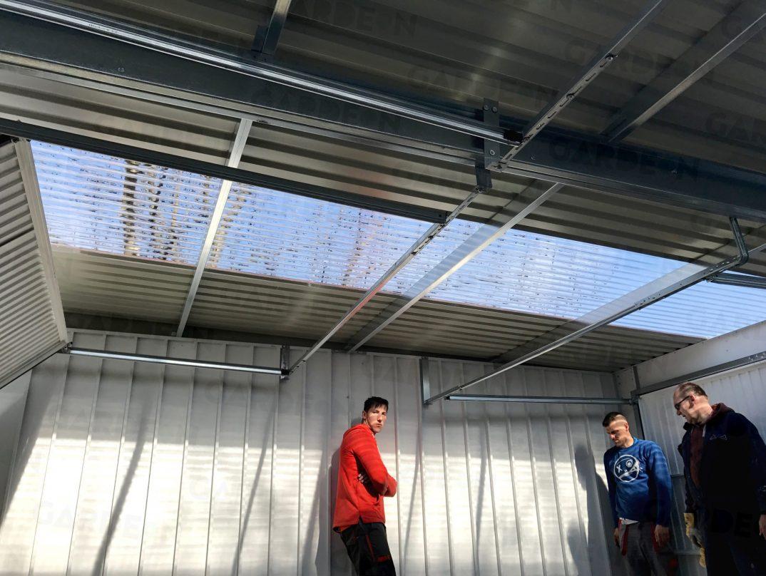 Eine Kombination der Trapez-Dachdeckung mit Streifen aus Polykarbonat