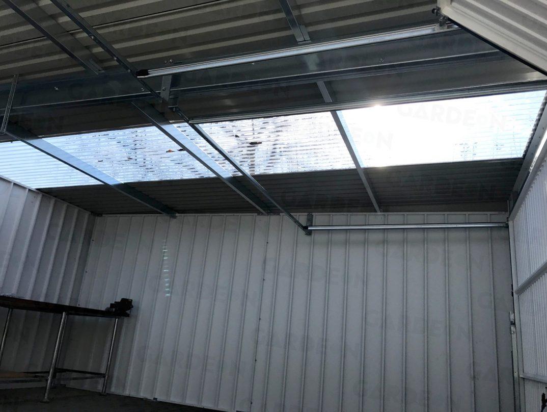 Eine Kombination der üblichen Dachdeckung mit Streifen aus Polykarbonat