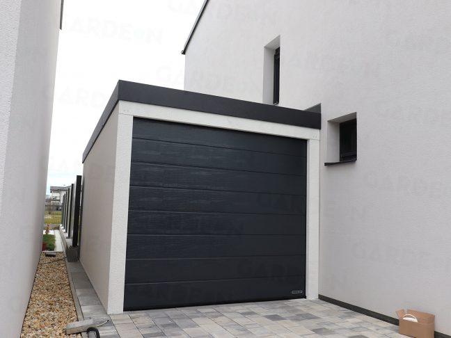 Eine Garage in weißen Verputz mit Flachdach