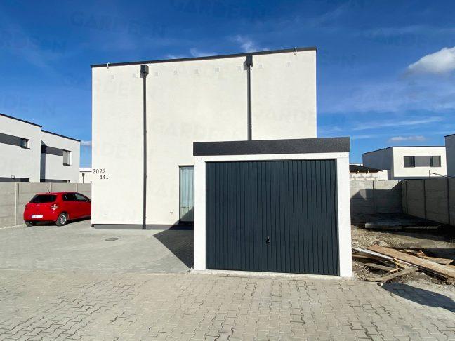 Montierte Garage mit dem Tor in anthrazit