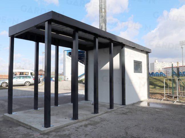 Ein atypisches Gartenhaus mit Überdachung in anthrazit
