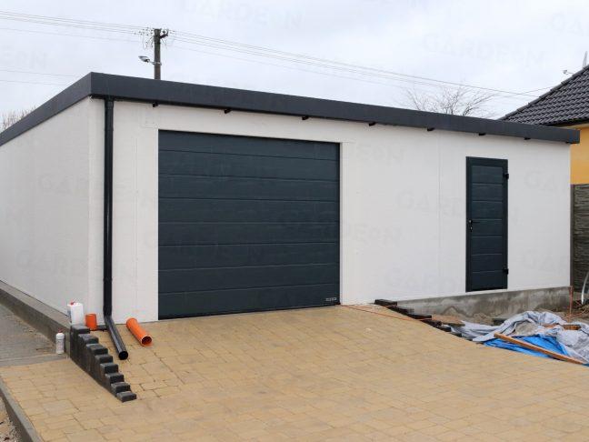 Die hintere Seite einer Garage mit einem Garagentor und einer Tür