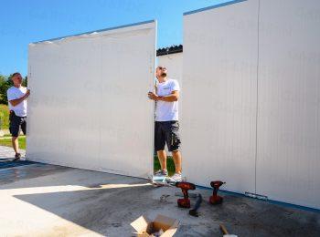 Die Wandpaneele werden an das Fundament befestigt