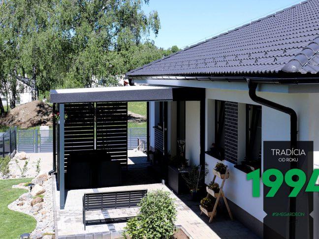 Gartenpergola von GARDEON bei einem Familienhaus mit Walmdach