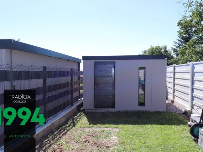 Ein graues Gartenhaus mit dem Zubehör in anthrazit
