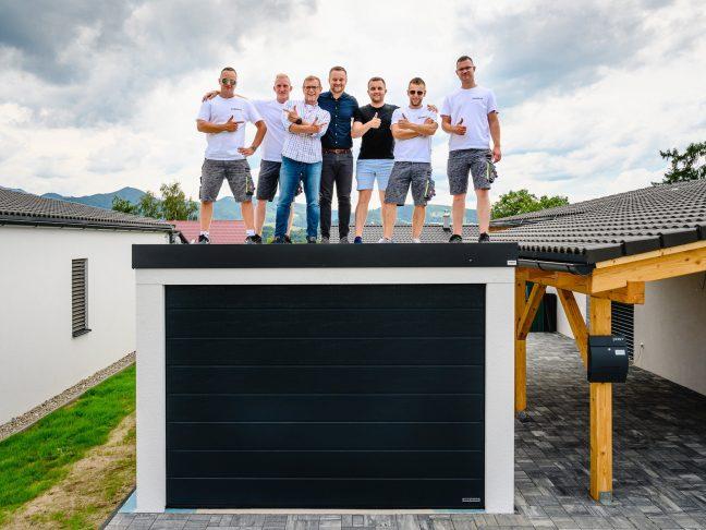 7 Männer auf dem Dach einer montierten Garage von GARDEON