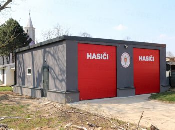 2 atypisch großen Garagen mit roten Toren