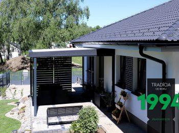 GARDEON Pergola mit Flachdach bei einem Familienhaus mit Walmdach