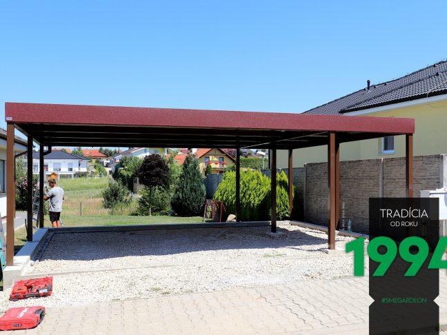 Das Carport von GARDEON mit braunen Stützen