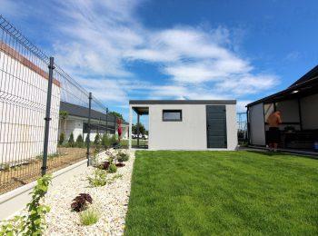 Licht-graues Gartenhaus von GARDEON mit Überdachung