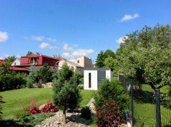 Weißes Gartenhaus von GARDEON in einem Garten
