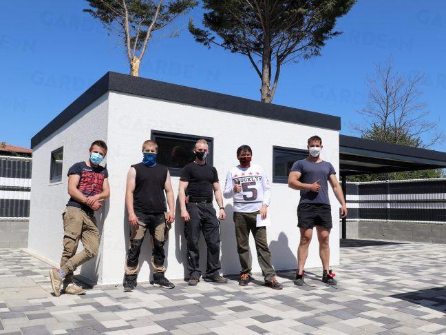 GARDEON Gartenhaus mit den Monteuren und dem zufriedenen Kunden